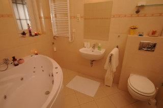 hidromasszázs kádas fürdőszoba