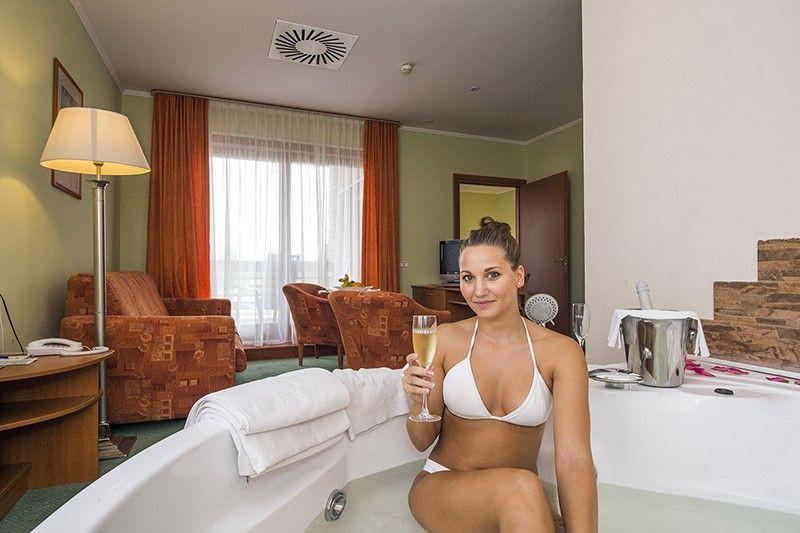 Hotelszoba jacuzzival - Hotel Aquarell**** Cegléd